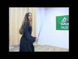 Девушка танцует с шашками